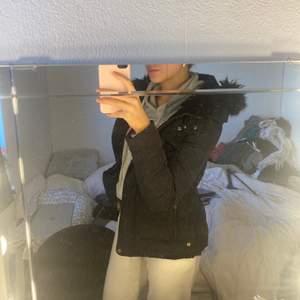 En svart Zara jacka i storlek M men passar bra för S, ett litet hål nere vid fickan men det syns knappt och de gör ingen skada vid dragkedjan!                                                                Pris: 350kr eller bud