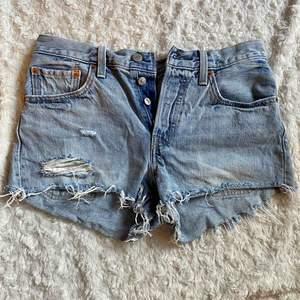 Snygga jeansshorts från Levis, köpta på deras butik i Göteborg. Använda ytterst lite men har en liten slitning på ena bakfickan (se sista bilden). Annars är dom i jättebra skick! Kan tyvärr inte se storleken i dom men skulle säga att dom motsvarar XS. 🌸