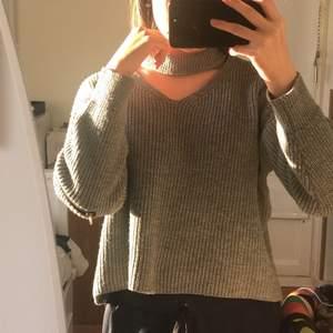 En stickad tröja som jag fick i present från min moster som var utomlands. Blixtlåsen vid både armarna går att öppna. Vringad. Materialet är väldigt bekväm, den e varm men eftersom den är lite slapp så kommer vind underifrån. Den kanske skulle passa på M