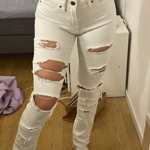 Hålliga jeans, NLY storlek 34