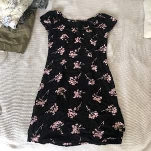 Supersöt klänning, tyvärr för liten för mig :(. Bra skick, frakt ingår💞 Stl 36