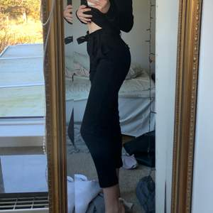 Ett par super gulliga svarta kostymbyxor från Zara. Köpte dem för länge sen så de passar inte längre som ni ser på bilderna, frakten ingår inte i priset😊