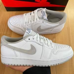 Säljer dessa sååå fina och trendiga Jordan 1 Low OG Neutral Grey. Helt DS, inte ens prövade. Gråa och vita snören, låda medföljer. Passar verkligen till allt, så clean colorway! Så trendiga, och perfekta nu till hösten! Skriv för frågor eller fler bilder!🤍✨