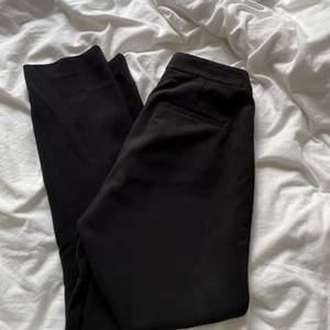 Svarta kostymbyxor i storlek 36 från H&M