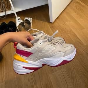 Sjukt snygga sneakers, storlek 38. Använda 3 gånger så nästan som nya. Jätte sköna skor som passar till mycket!💕