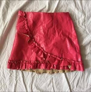 Rosa lackkjol med plissering i storlek 38. Oanvänd endast testad. Den är stretchig och verkligen kramar kroppen. Typ aldrig sett ett sånt här unikt konstigt plagg, statement plagg minst sagt 💖