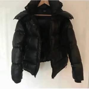 Säljer ne bikbok jacka i svart, stl xs, köptes på plick förra vintern för 1200kr, säljer till bra pris, 😊 buda gärna