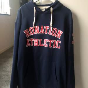 Supersnygg hoodie, vintage vibes. Supersnygg och skön, storlek 3xl (sitter superbra på). Säljer då jag har för mycket hoodies, dock säljer jag endast vid bra pris.