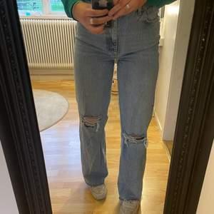 Säljer dessa jeans då dom är lite för stora för mig. Endast använda några få gånger så dom är i väldigt fint skick. Kan frakta eller mötas upp men köparen står för frakten☺️