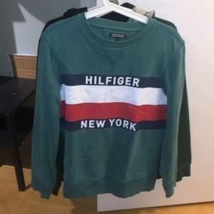 hej! jag säljer min nu gammla gröna Tommy Hilfiger sweatshirt. har växt ur den och inte använt så mycket. det är storlek som passarn barn runt 164cm lång. vid frågor eller funderingar skicka gärna ett medelande :) kolla in min profil för har liknande kläder där, kan komma på något rabatt-packet för alla kläder också!