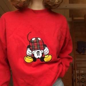 Det har blivit dags att sälja min absoluta favorittröja genom tiderna, min Musse-pigg hoodie som är den ballaste tröjan som finns! Märket är Mickey & Co och det står att det är storlek M, men den är mer som en S. Patchen på framsidan är fastsydd, inget är plast/tryckt. Jag fraktar spårbart och möts upp 💃