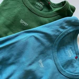En grön & en blå tshirt från esprit, det är en L men de är tajta i storleken! Går självklart att köpas separat men ser helst de köps tillsammans! (: