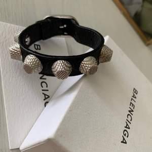 Säljer ett balenciaga armband!, säljer det för 1500kr direktpris, skriv vid frågor🥰
