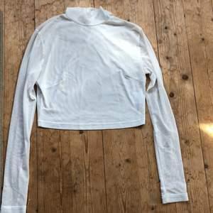 En genomskinlig as snygg kort tröja som har används ett fåtal gånger men så gått som ny. Fick den i present så vet inte riktigt vart den är ifrån. Står strl 10 men passar xs-s