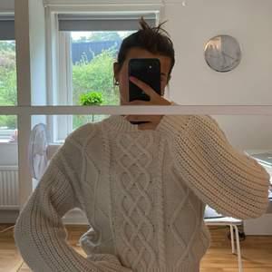 Vit stickad tröja från nakd. Storlek S. Köpt för 399 kr 🤍 Frakt tillkommer på 66 kr (spårbart). Buda från 200 kr eller köp direkt för 300 kr + frakt