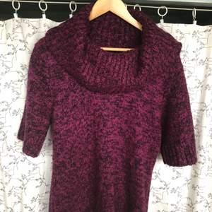 Här har vi en varm vinter tröja som är bra att ha på hösten eller vintern nu när det kommer att bli kallare. Inte använd så mycket och är i bra skick. Väldigt gosig att ha på sig.