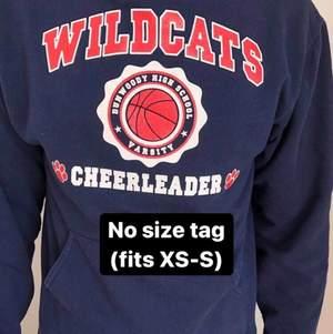 Säljer den här snygga vintage college hoodien som inte har någon size tag, men sitter som en XS-S. Snygg fit, och i fint skick med endast daglig användning. Mörkblå med orange/vitt tryck. Vid eventuella frågor, kontakta oss privat!