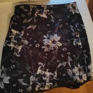 Svartvit kjol med blommor. Inköpt för några år sedan. Stretchigt material