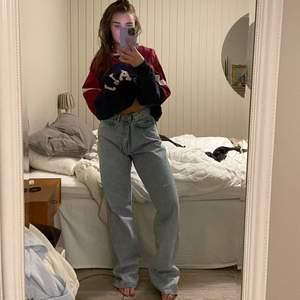 Straight leg jeans från weekday, modell Rowe, Aqua Blue💙. På första bilden har jag Storlek W34 L34, (har egentligen storlek W28-30) säljer pågrund av att dom är för stora!💙 Den har ett litet uppsprättat hål vid knäna som en snygg detalj annars hela och nästan helt oanvända!💙