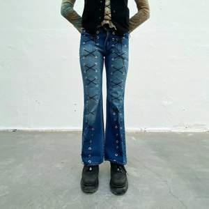 Diesel secondhand-jeans med svart snörning. Designade av Ezzie i samarbete med Ebba Martin. (Shipping only within Sweden)