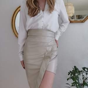 Säljer min superfina beiga läder kjol i storlek S (36) 🤩 Har aldrig använt den då jag råkade beställa två stycken och har aldrig använt den. Självklart är det inte äkta läder utan syntetiskt. Perfekt till våren och sommarn med en blus eller liten topp 💕 frakt tillkommer på 62kr.