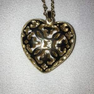 Ett hjärthalsband i guldfärg, aldrig använt. Har en väldigt lång kedja, men berlocken går att ta loss och sätta på en annan kedja om man hellre gör det :)