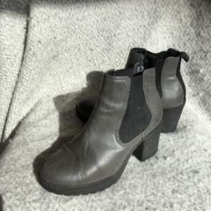 Fina och skööööna klackskor. De är gråa och svarta. De är lite för stora för mig. Jag har 35-36 i storlek. Dom här är 36.