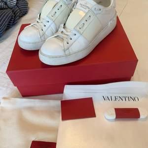 Ursnygga valentino sneakers i strl 36, men stora så passar upp till 37! Alla tillbehören medföljer inkl kvitto!