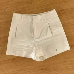 Vita kostymshorts strl:32! Köparen står för fraktkostnaden😊