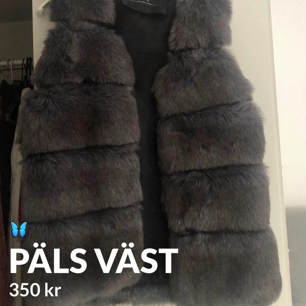 Köpte den för 700 kr i serbien och aldrig kommit till användning, storleken är i M och passar både S och M , Jätte skön päls (fusk päls så inte äkta ) . Jackor.