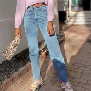 Superfina straight jeans i storlek XS som tyvärr inte har kommit till användning och är därav i nyskick. Säljer p.g.a. dom är för små för mig. Första bilden fångar inte färgen så bra så kolla andra bilden istället. Nypris:500kr💗