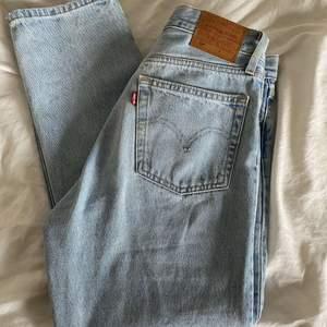 Jeans från Levis endast använda en gång så i nyskick. Levis 501 crop jeans