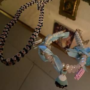 Ett halsband och ett armband passar såklart alla och så fina på armbandet är det berlocker som du kan byta om du vill riktigt fina sommar smycken! Halsbandet kostar 30 och armbandet 60 båda för 100