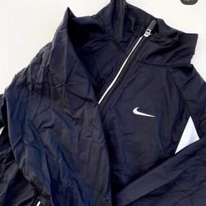 Snygg träningsjacka från Nike. Tunn i materialet så passar bra för exempelvis löpning. Junior M (140-152), passar XS. Se fler trendiga träningskläder på vår Instagram @oak_uf!