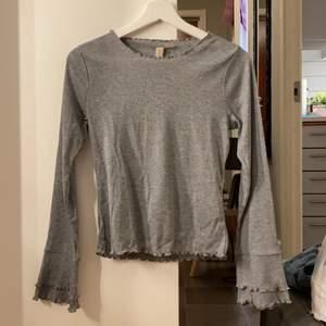 Säljer min gråa tröja med lite utvecklade armar. Strl. S. Aldrig använd. Katt finns i hemmet. Köparen står för frakt