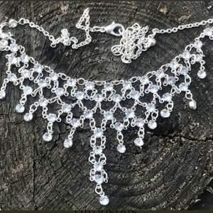 """Snyggt halsband med massor utav """"diamanter"""". Sparsamt använd. Glittrar extremt mycket i solen. Bling bling."""