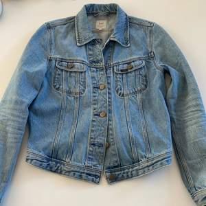 Fin jeansjacka från lee som passar bra till våren och sommaren. Säljer pga för liten, den är i fint skick.