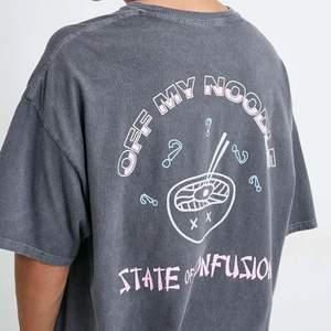Säljer denna t-shirt, köpt på Urban outfitters. Som ny🦋 I storlek M, sitter oversized på mig som är en xs-s upptill!
