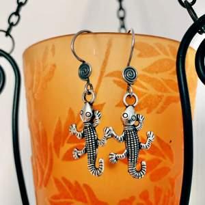 Söta örhängen med krokar i sterling silver (925). Nya! 🦎