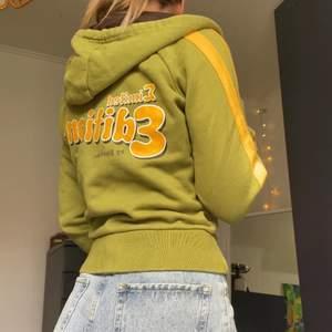 Supersnygg limited edition hoodie från 90-talet/tidigt 2000-tal från märket Blendshe! Tjocktröjan är i stl.S och har en kortare passform med dragkedja fram och också fickor med dragkedja.