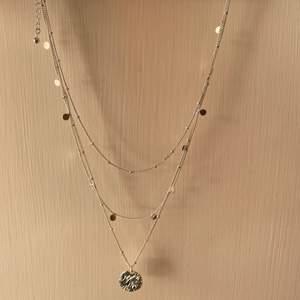 Helt nytt silverhalsband från H&M, därmed nyskick! Köp båda halsbanden som jag säljer för endast 100kr!