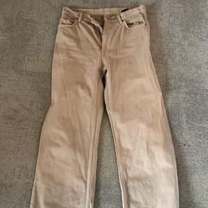 Fina beige jeans från Monki. Knappt använda