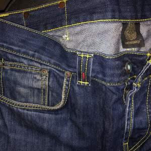 Jeans från Dondup i strl 32. Bra skick. Två av knapparna längst upp på brallornas baksida har lossnat