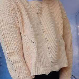 Gul stickad tröja med lite snyggt stickat mönster på. Gul såsom på bild 2, bild 1 lite missvisande. Har haft armare lite uppvikta, har en liten märk fläck på en av ärmarna, men syns inte alls om man viker upp en gång. Lite kortare i magen. Tvättat innan frakt och köparen betalar frakten.