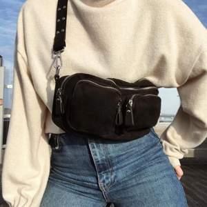 Svart snygg bag från Gina Tricot 🤎 liknar noella väskan. Passar till alla outfits och är rymlig! Man får med två axelband man kan byta:)  Lånade bilder!