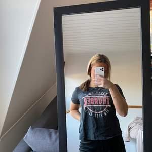 En svart t-shirt ifrån gina tricot storlek S
