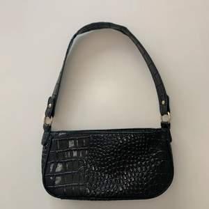 Trendig väska som jag köpte från shein men kommer inte till användning💜 ca mått i cm: väskans längd 26, bredd 7, höjd 13, handtagshöjd 26