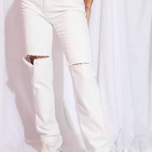 Jean från PLT i färgen vit, storlek UK8 alltså 36. Raka i benen