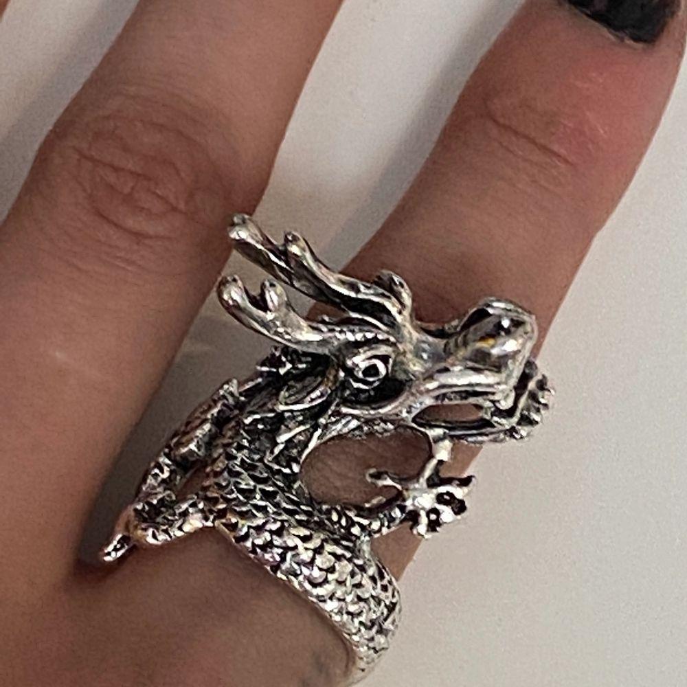 Superfin ring med en drake, säljer då den är för stor:(. Accessoarer.