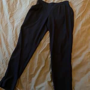 Mörkblå kostymbyxor från Zara.